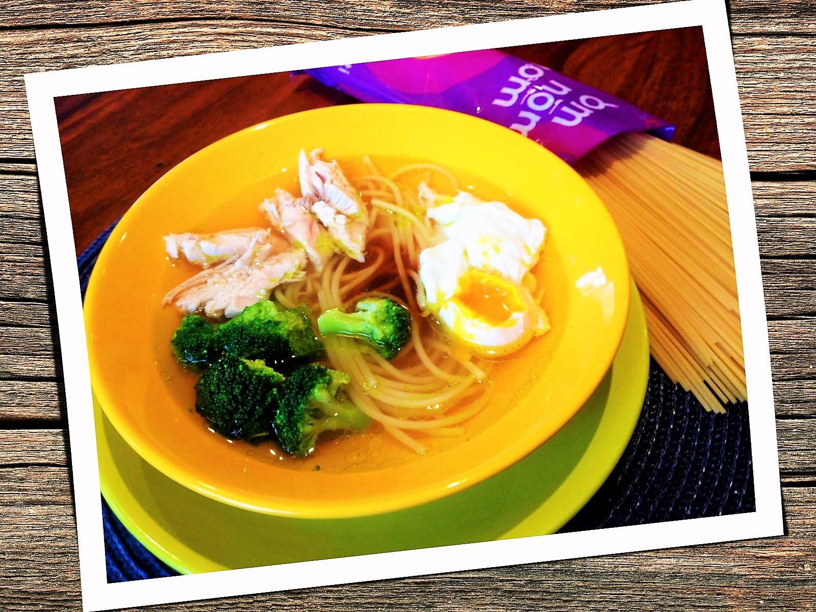 Rosół z kurczaka z brokułami, jajkiem poszetowym i orientalnym pazurkiem.