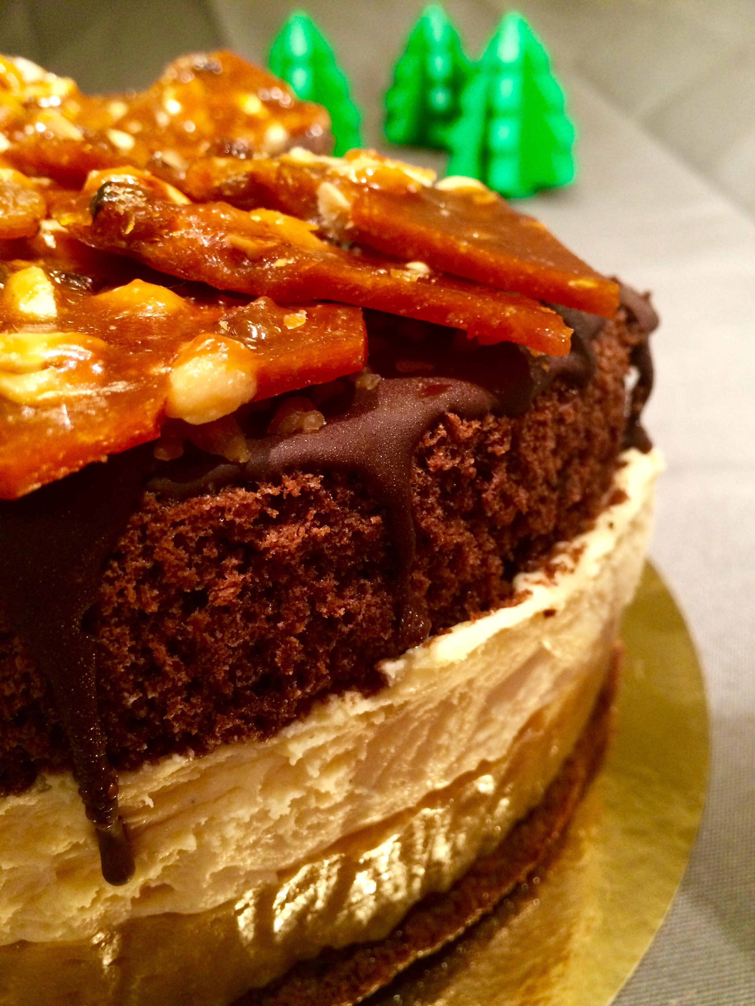 Świąteczny tort piernikowy z jabłkami, kremem kardamonowym i bakaliowym krokantem.