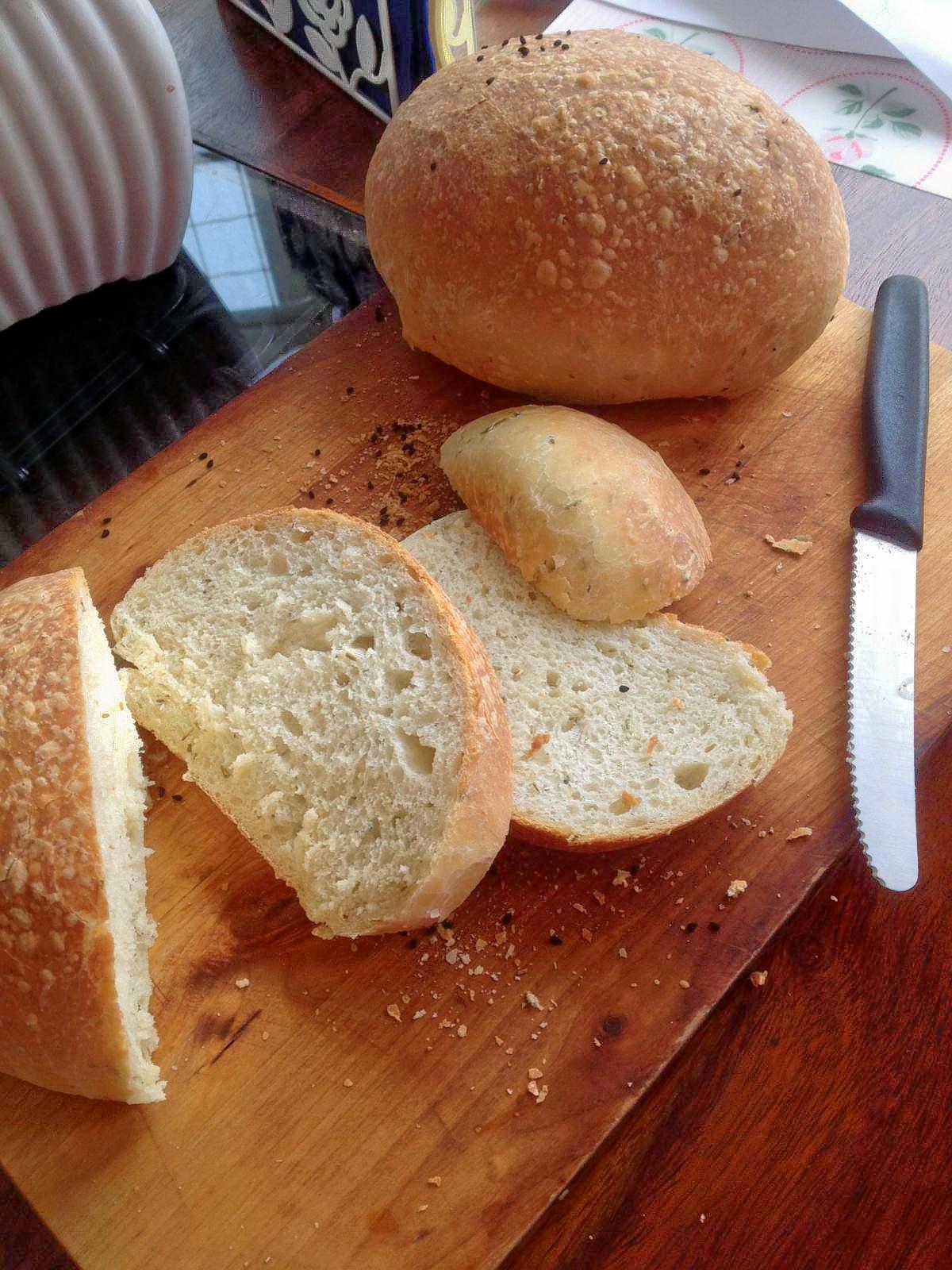 Chlebek ze świeżym rozmarynem.
