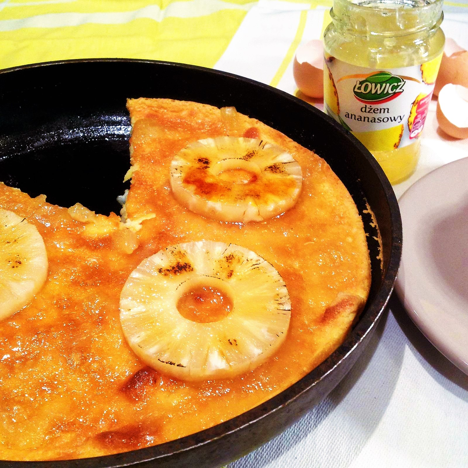 Puszysty, podwójnie ananasowy omlet z mascarpone.