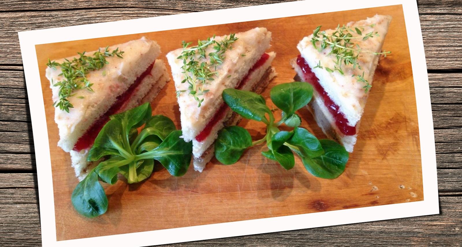 Mini torciki karnawałowe na chlebku z francuskim pate.