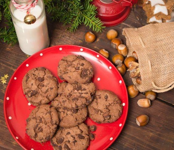Ciasteczka czekoladowe z orzechami laskowymi.